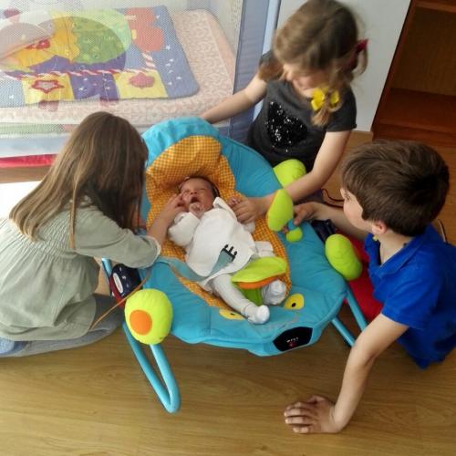 Visita de niños a un bebé del hogar